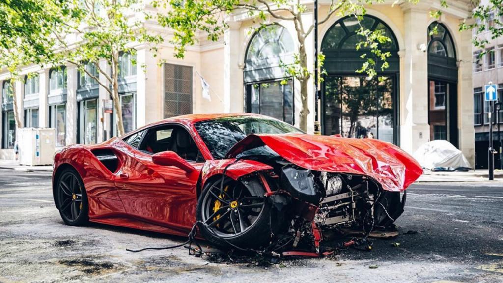 UK-Rapper fährt geliehenen Ferrari in 30er-Zone zu Schrott